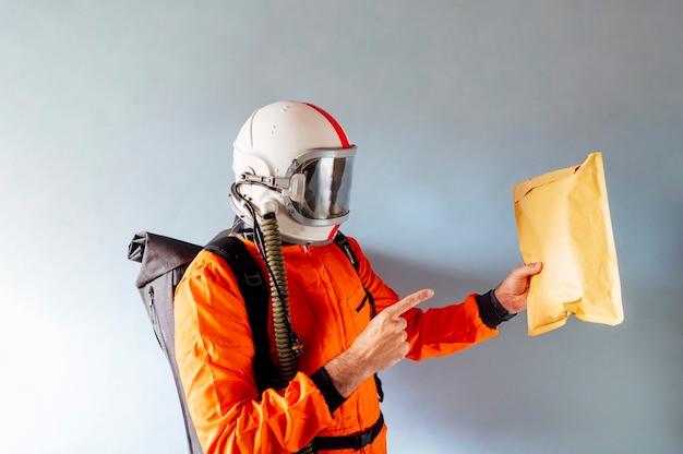 Курьер, указывающий на посылку