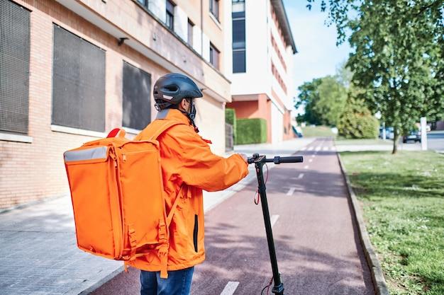 Водитель доставки неузнаваем с экологически чистым транспортным средством