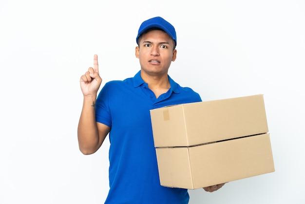 손가락을 가리키는 아이디어를 생각하는 흰색 배경에 고립 배달 에콰도르 남자