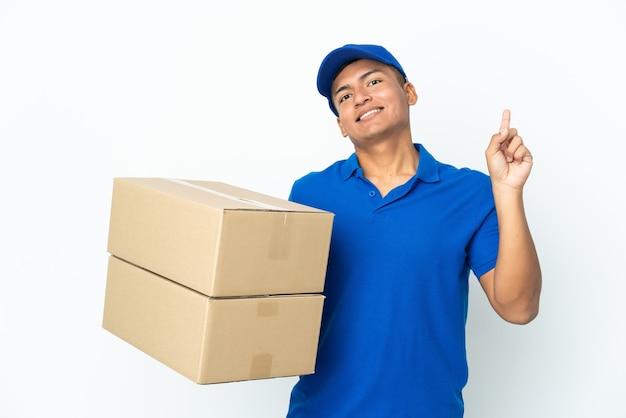 Эквадорский мужчина доставки изолирован на белой стене, показывая и поднимая палец в знак лучших