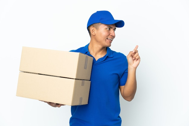 Delivery ecuadorian man isolated on white background intending to realizes the solution while lifting a finger up
