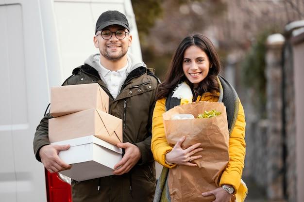 Сотрудник службы доставки с продуктовым пакетом