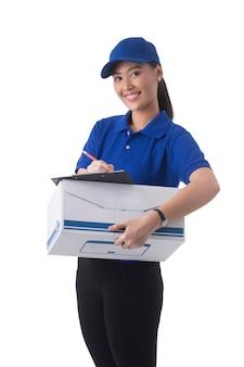 白い背景の製品ボックスを保持している女性の配達。