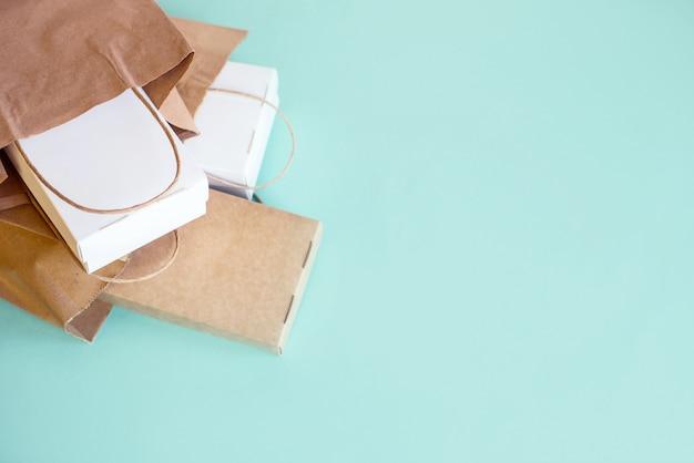 Доставка еды фон. фастфуд эко упаковка на светлом фоне