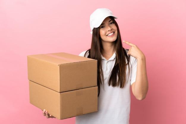 제스처를 엄지 손가락을주는 고립 된 분홍색 벽에 배달 소녀