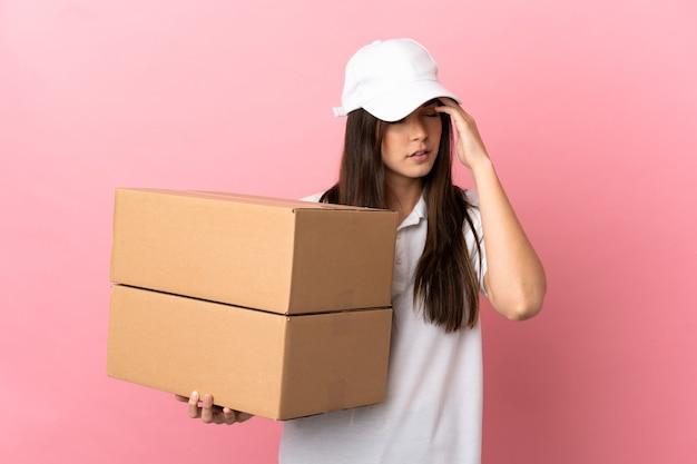 두통으로 고립 된 분홍색 벽에 배달 소녀