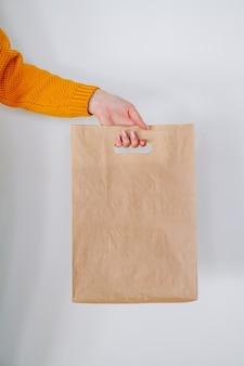 紙の買い物袋と配達の手