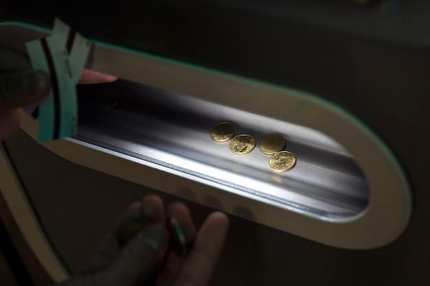 운송 티켓을 판매하는 기계에서 유로 동전으로 배달합니다. 확대.