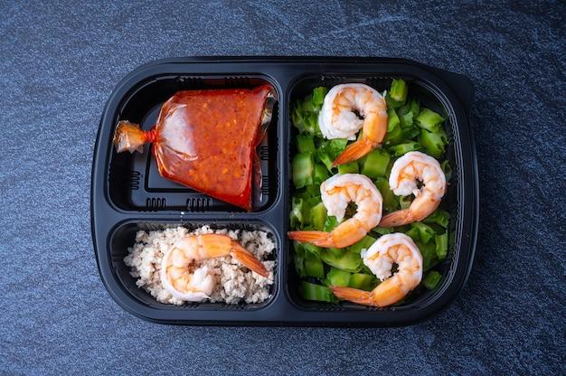 配達弁当箱食品、フラットレイ。健康的な食品の配達