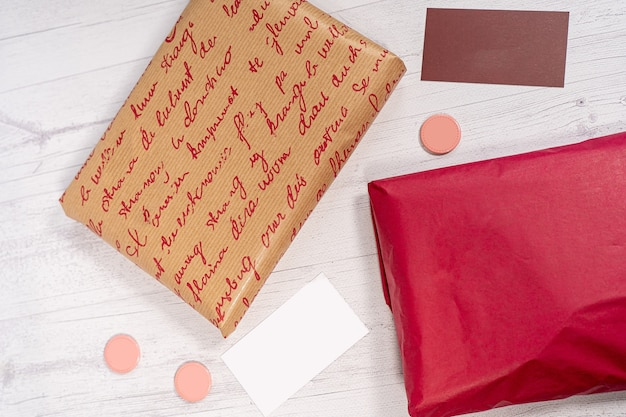 配達郵便郵便パッケージ赤とクラフト紙箱