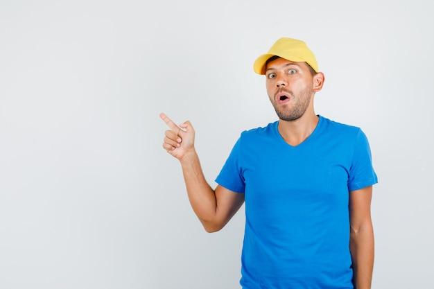 Fattorino in maglietta blu, cappuccio rivolto lontano e curioso