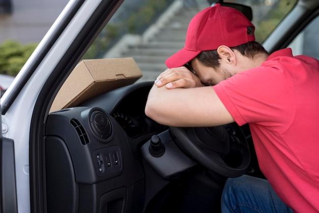 Uomo di consegna in auto a riposo