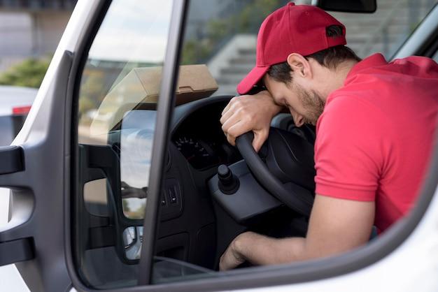 Uomo di consegna in auto stanco