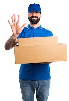 Uomo di consegna che conta cinque