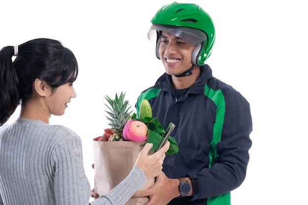 配達人は白い背景で隔離の顧客に食品注文を配達します