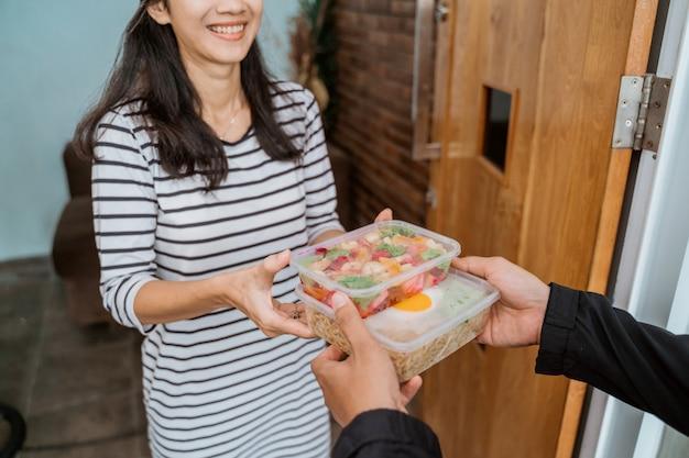 Доставка человек доставки еды