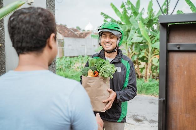 食料品を配達する配達人