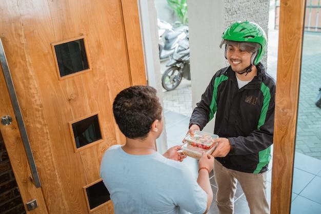 Доставка человек доставки продуктов