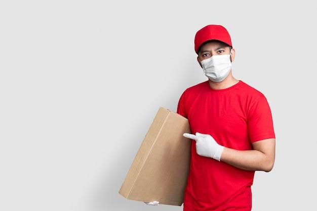 赤い帽子と制服を着た配達員の従業員