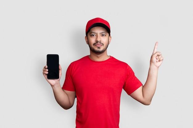 Сотрудник курьера в красной кепке и униформе