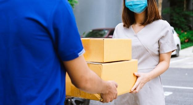 Доставка человек дарит картонные коробки молодой женщине