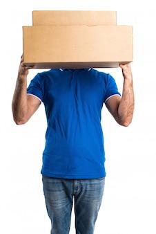 彼の箱の後ろに隠れている配達人