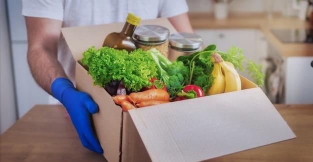 Доставщик, держащий картонные коробки с едой
