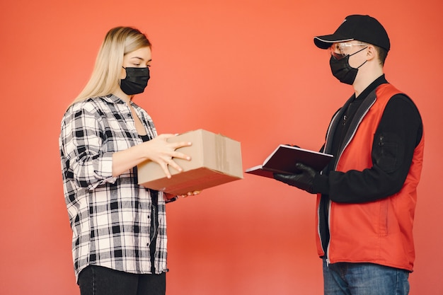Доставка человек в маске медик с женщиной