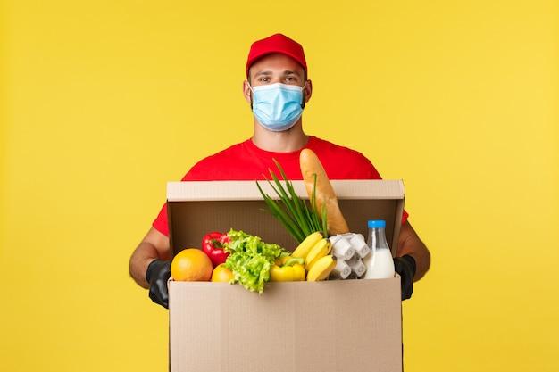 의료 마스크를 쓰고 빨간 티셔츠에 배달 남자