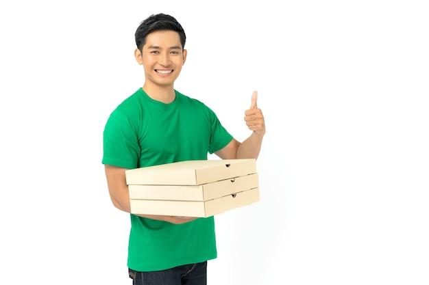 Доставщик в пустой форме футболки стоит и держит коробки для пиццы