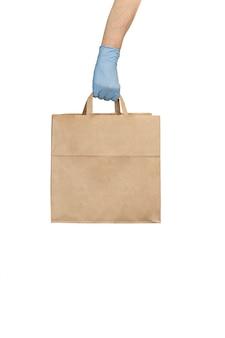 음식 종이 공예 가방을 들고 의료 장갑에 배달 남자.