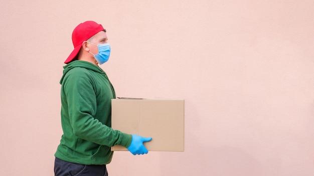 カードボックスを保持し、運ぶ医療マスクと手袋の配達人
