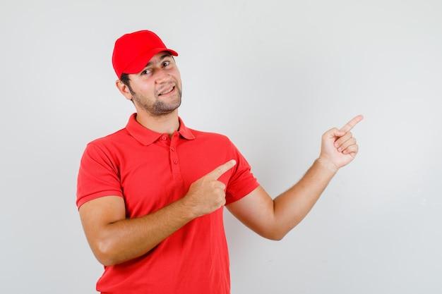 赤いtシャツを着た配達員、指を指さして元気そうなキャップ