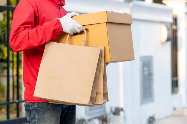 빨간 제복을 입은 배달원 고객에게 상품의 빠른 배송