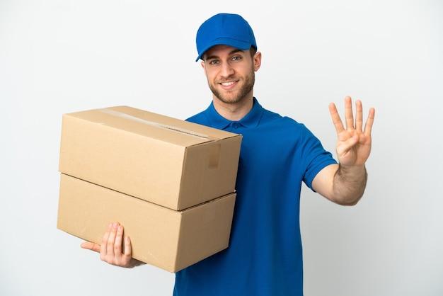 Доставщик изолированы счастливым и считает четыре пальцами