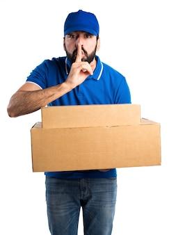 Uomo di consegna che fa gesto di silenzio