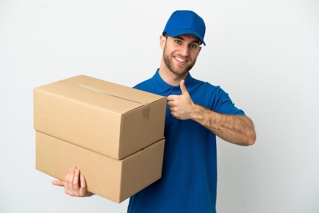Доставщик на изолированном белом фоне, показывая большой палец вверх жест