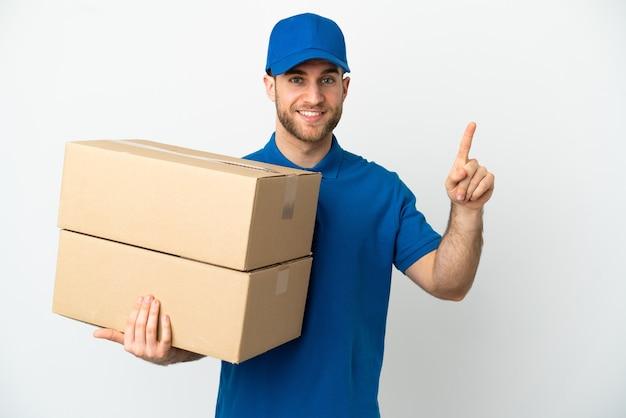 Доставщик на изолированном белом фоне, показывая и поднимая палец в знак лучших