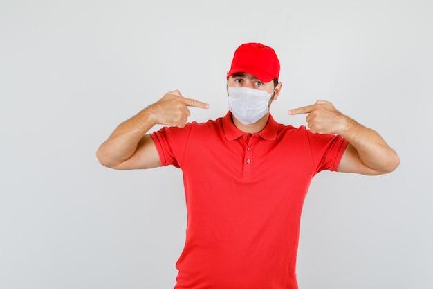 Uomo di consegna che indica alla maschera in maglietta rossa