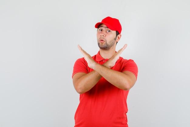 Fattorino in maglietta rossa, cappuccio che non mostra alcun gesto