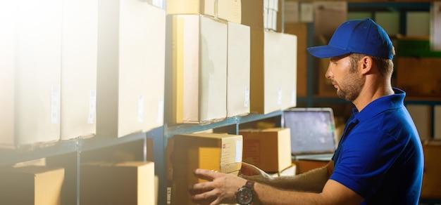 Служба доставки человек готовит коробку для отправки клиенту