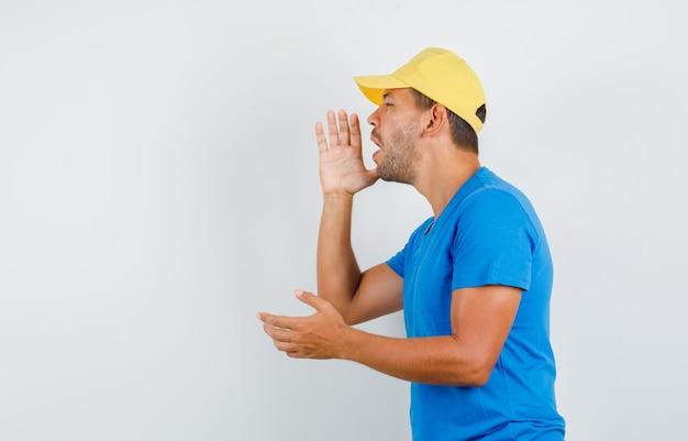 青いtシャツで誰かに叫んでいる配達人