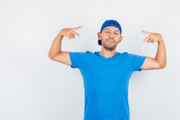 Uomo di consegna che mostra il segno di vittoria in maglietta blu