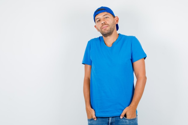 파란색 티셔츠에 주머니에 손을 서 배달 남자