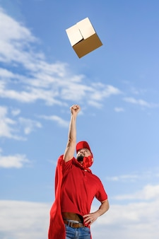 Доставка человек бросает посылку в воздух