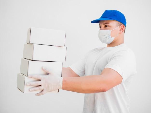 Доставка человек в медицинской маске