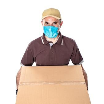 Доставщик в защитной маске, изолированной на белом
