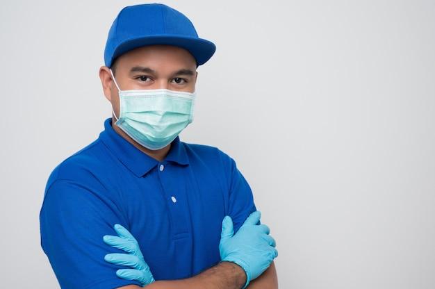 Доставщик в защитной маске и резиновых перчатках