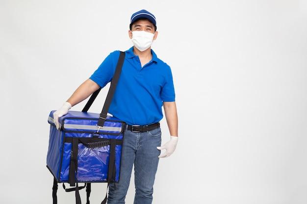 보호 의료 마스크를 착용하는 배달 남자