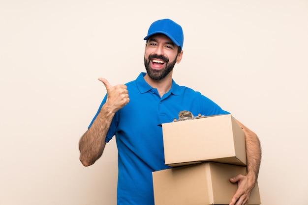 ジェスチャと笑みを浮かべて親指で分離されたひげの配達人